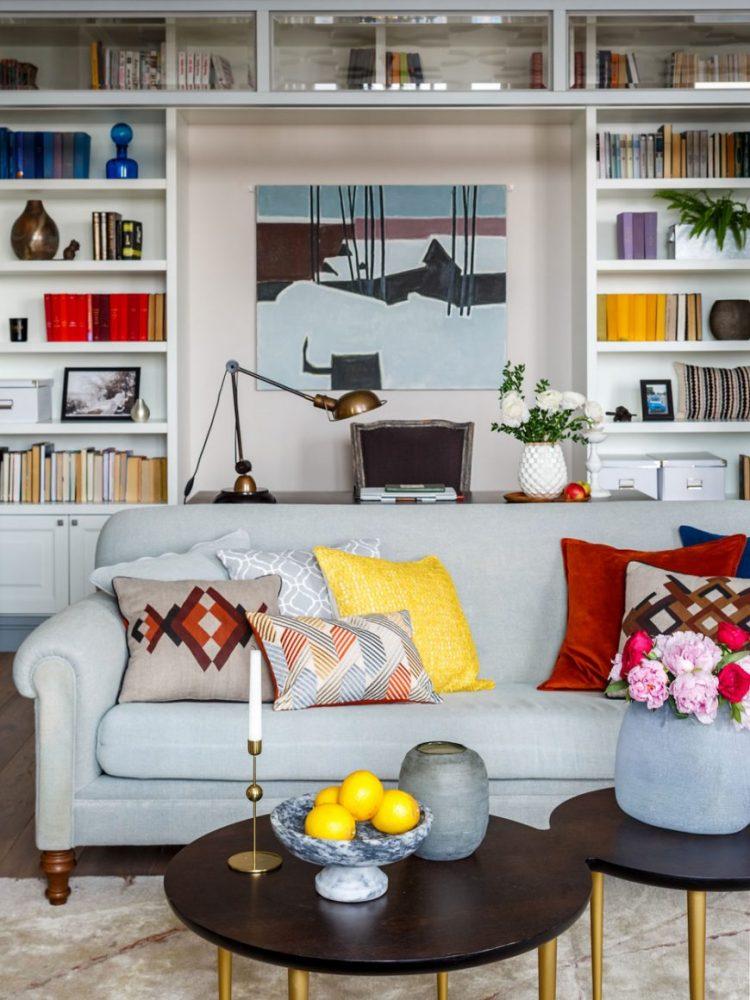 Как изменить интерьер при помощи ярких подушек? Фото-пример