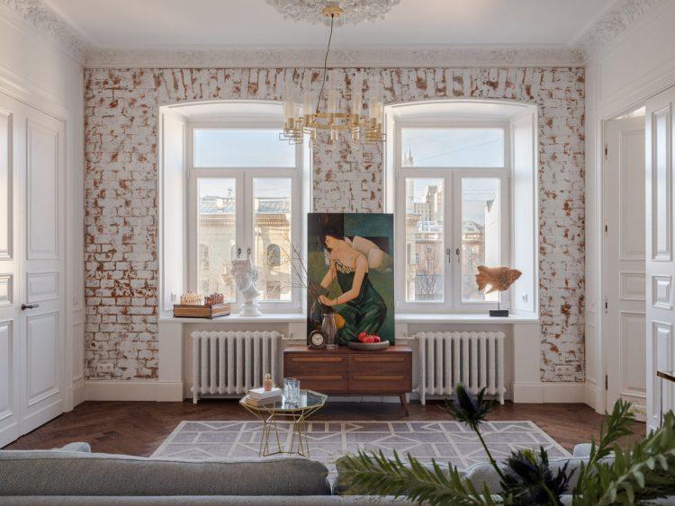 Дореволюционная гостиная с красивыми оконными проемами