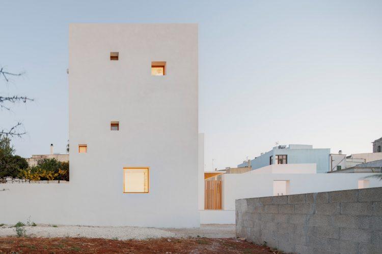 Итальянский архитектор проектирует свой дом с огромной белой башней