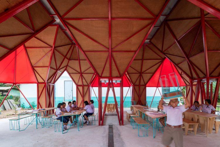 В западном Таиланде построили класс вокруг воронок для сбора воды