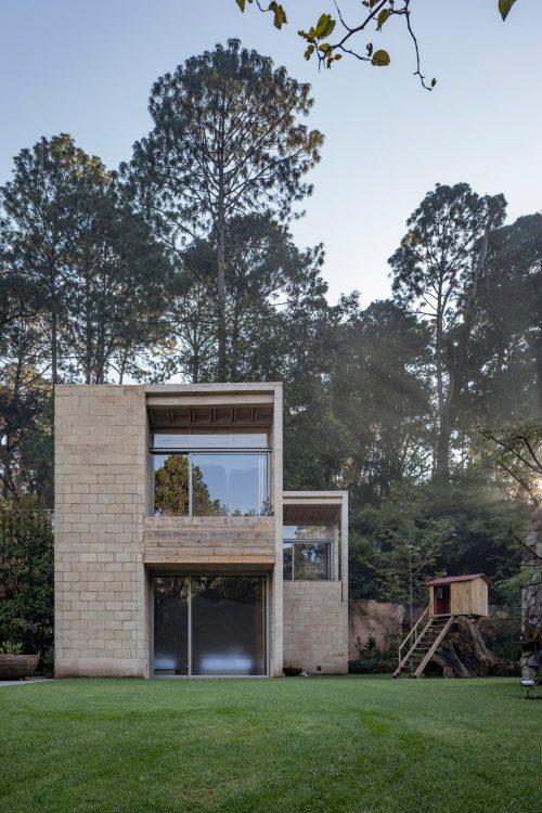 Дом в Мексике гармонично вписался в лесные массивы