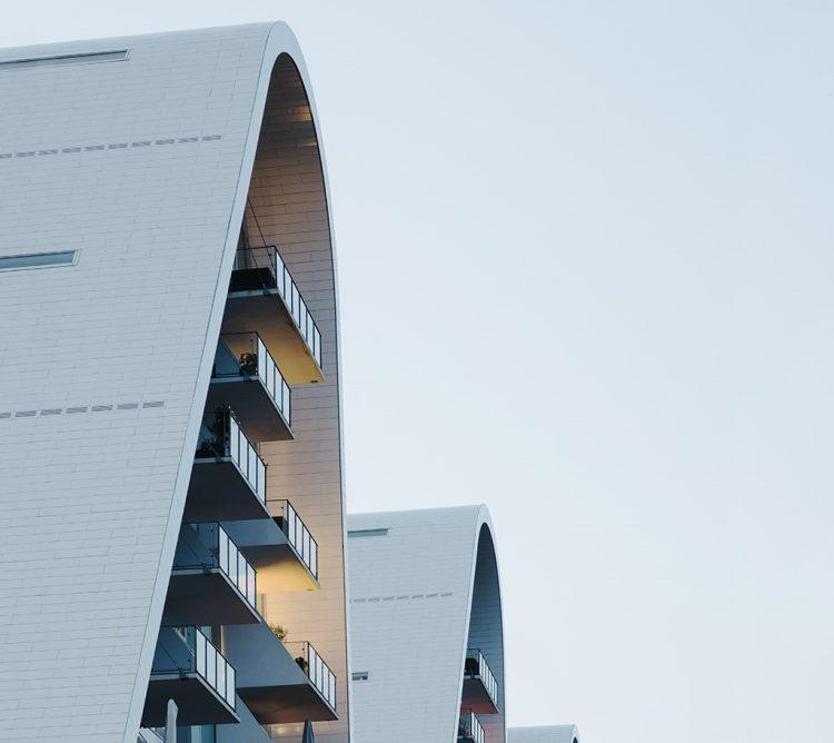 На берегу датского фьорда заселили дом-«волну»