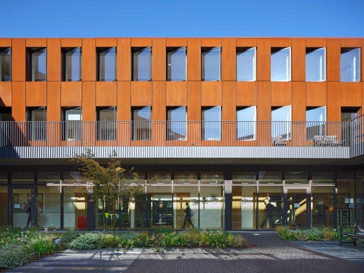 Walters & Cohen Architects обшивает сталью и бетоном здание Королевского международного колледжа