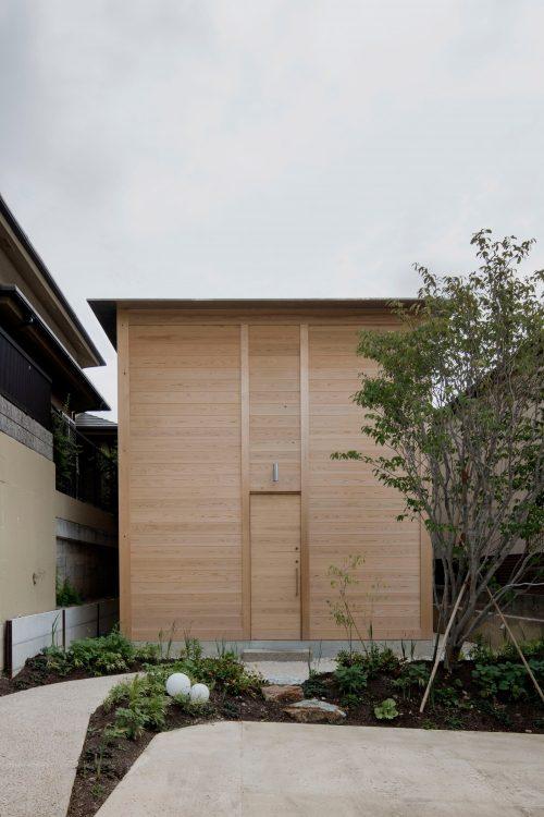 Tomoaki Uno Architects создала дом без окон и дверей