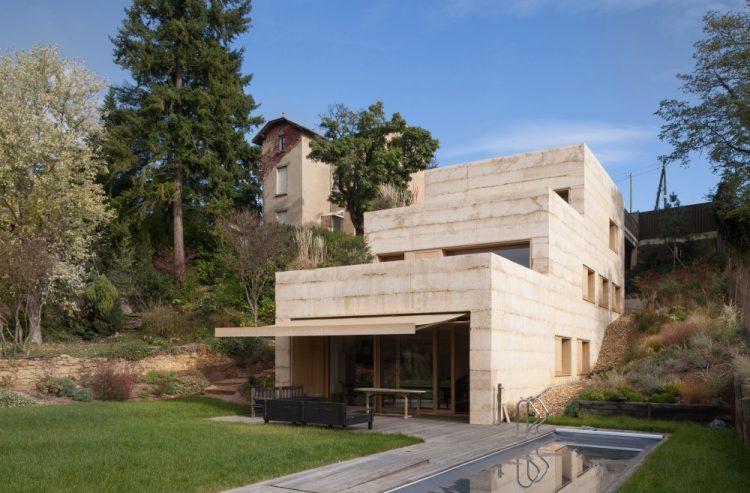 """Cтудия Tectoniques построила во Франции дом из бетона, """"врезанный"""" в холм"""