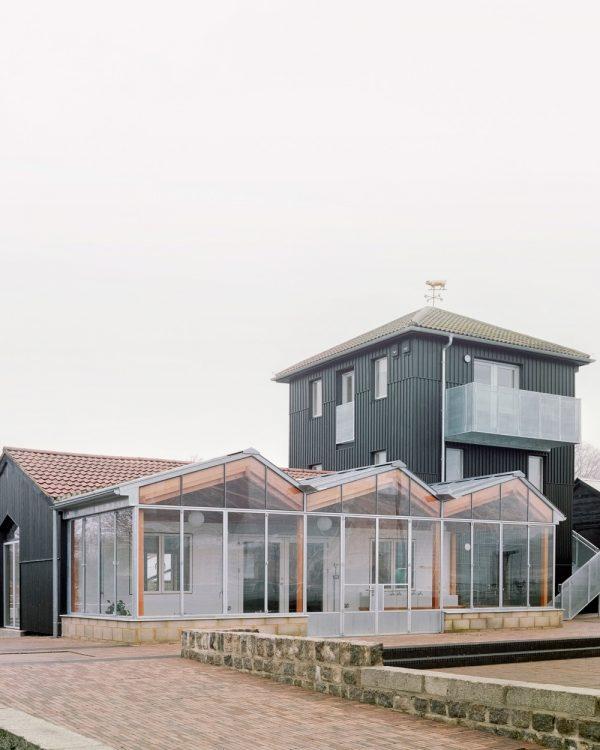 PUP Architects дополняет ферму Суррей-Доки оранжереей и черной башней