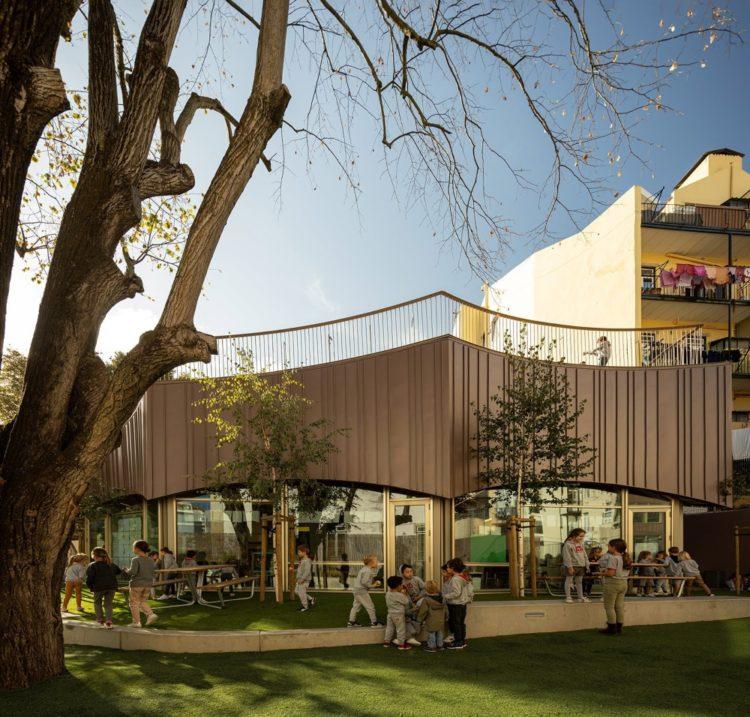 Школа в Лиссабоне c детской площадкой на крыше