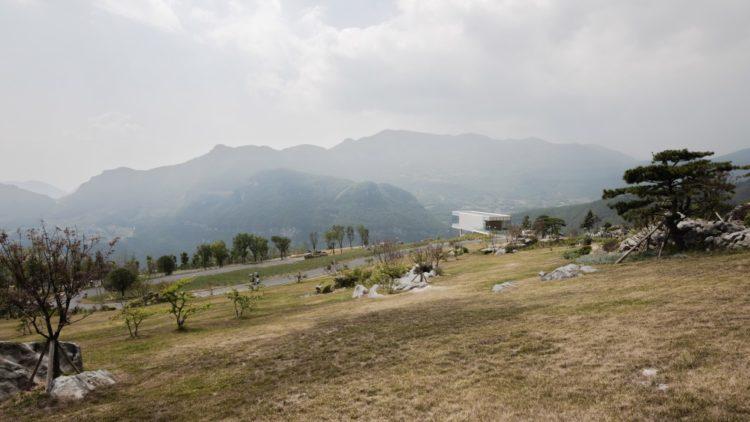 Ресторан Floating Island над живописным горным пейзажем в Китае