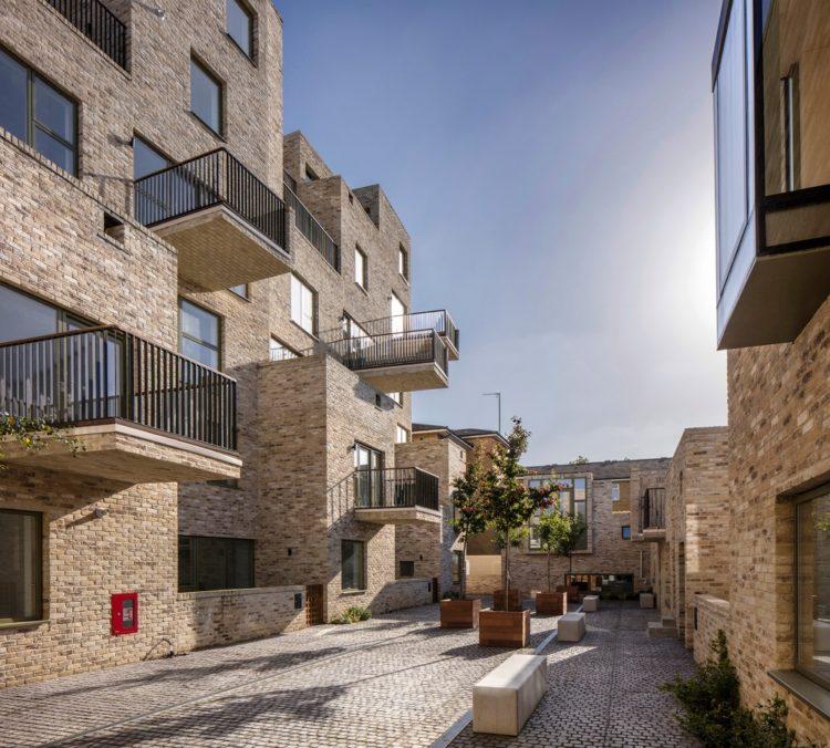 Peter Barber Architects создает многоквартирный дом с террасами в Лондоне
