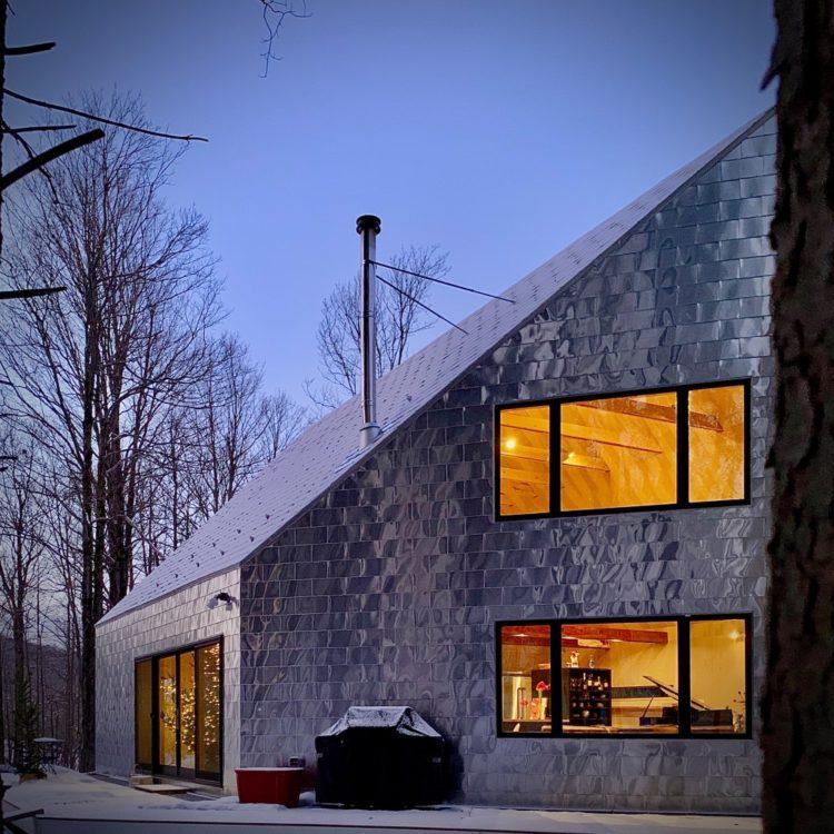 Bryanoji Design Studio облицовывала дом алюминиевой черепицей в Массачусетсе