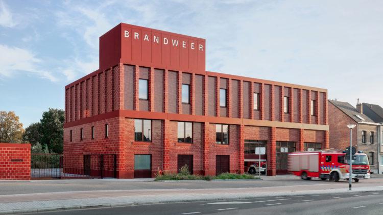 Happel Cornelisse Verhoeven строит ярко-красную пожарную станцию в Антверпене