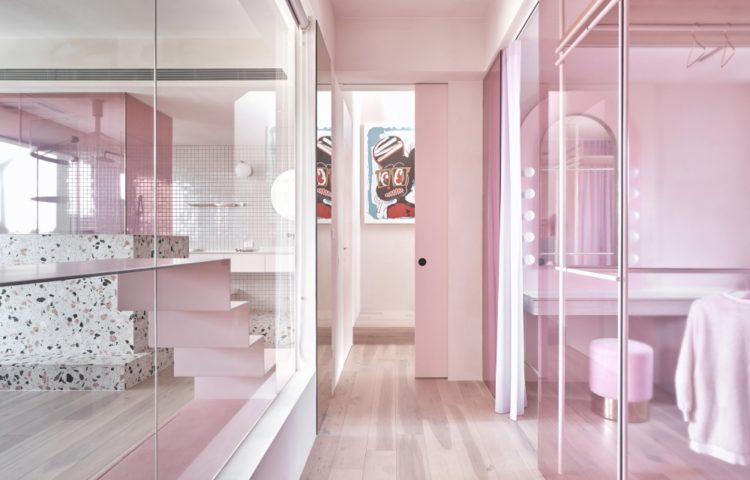 Розовый дом для отдыха от KC Design Studio с комнатой для кошек