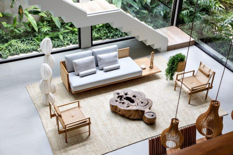 Двухэтажный дом в Бразилии, украшенный тропическими растениями