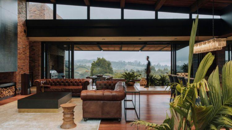 Отель с травянистым холмом вместо крыши в Колумбии
