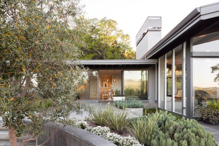 Калифорнийский дом Ridgewood в форме бумеранга вокруг бассейна