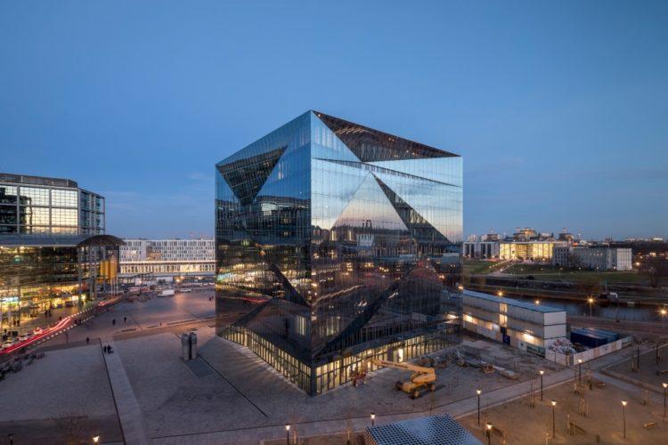 Впечатляющий офис в форме куба в центре Берлина