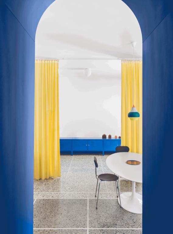 Полы из терраццо и смелые цвета: квартира в Риме от La Macchina Studio